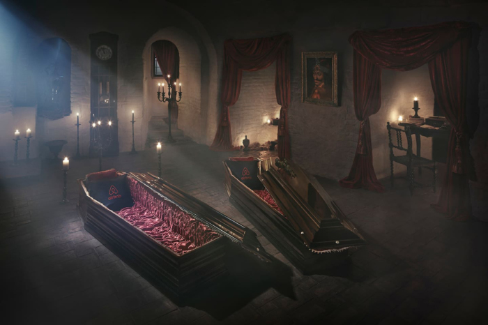 Ночь в гробах в замке в Трансильвании.
