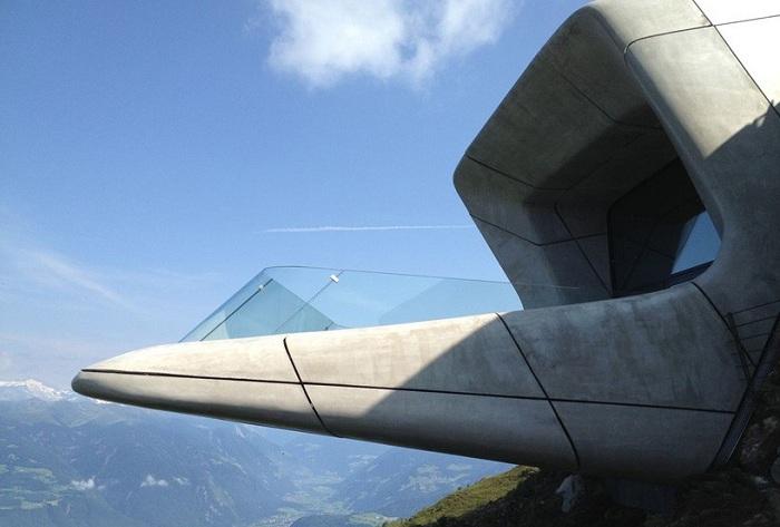 Смотровая площадка с видом на известные альпийские вершины.