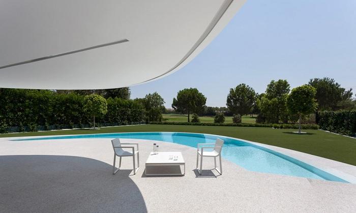 Вид на патио и бассейн.