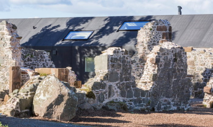 Дом, построенный среди руин.