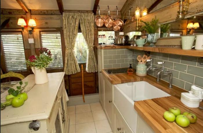 Кухня выполнена в стиле викторианской эпохи.