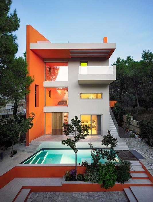 Яркий дом на окраине Афин.