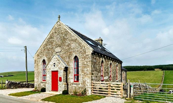 Архитекторы компании Evolution Design преобразили бывшую церковь в жилой дом.