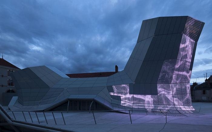 В фасад встроены датчики реагирования на погодные условия.