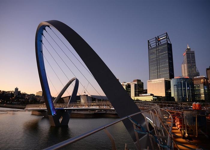 Elizabeth Quay Bridge - стальной мост с деревянным настилом.