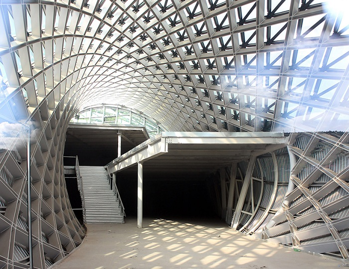 Изогнутые решетки из стали - основа для культурного комплекса в Тбилиси (Грузия).