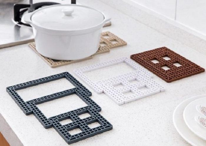 Жаропрочная подставка прекрасно подходит в качестве подставки под горячую посуду.