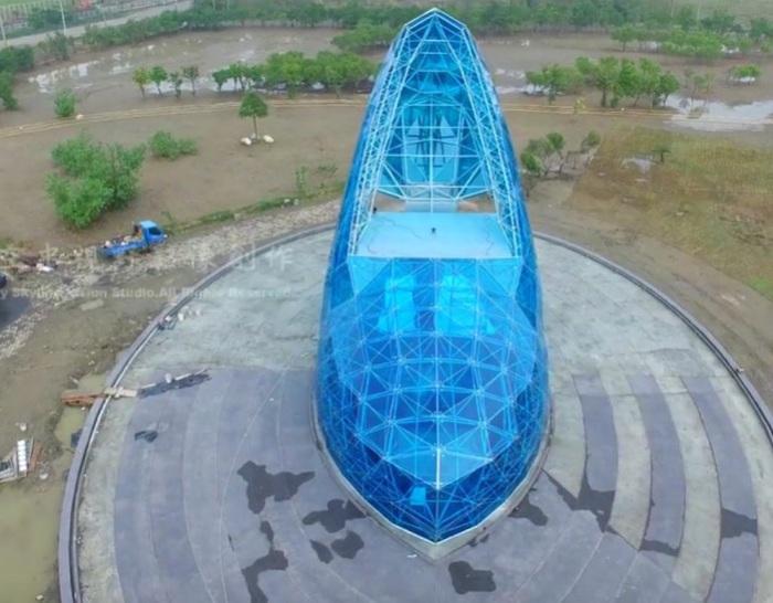 17-метровая туфелька из стекла появилась на Тайване.
