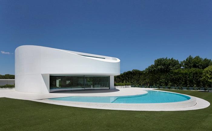 Обтекаемая форма дома в Испании.
