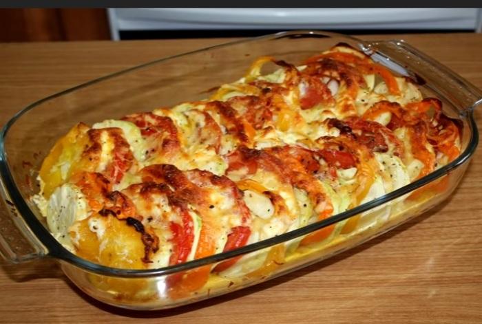 Кабачки, запеченные с помидорами.