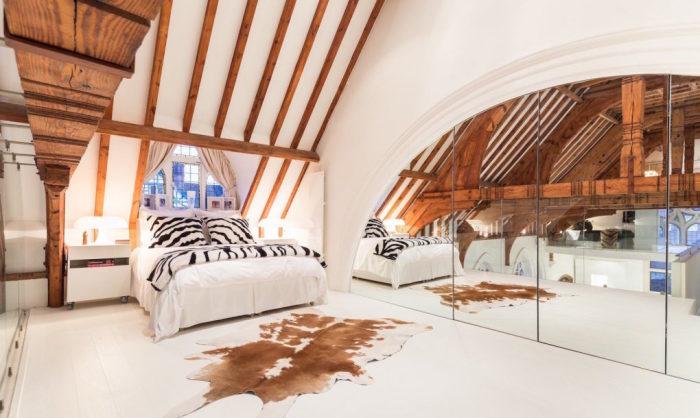 Просторная спальная комната под самой крышей.