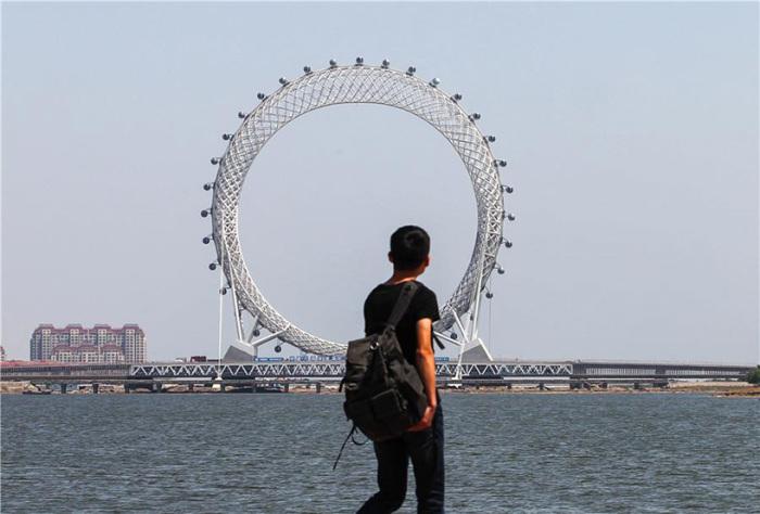 Высота колеса обозрения 145 метров.