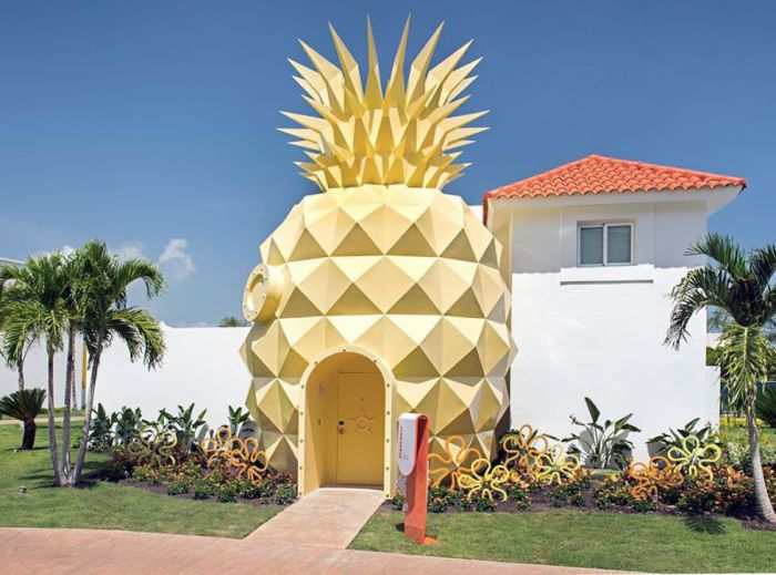 Тематический отель в виде дома-ананаса.