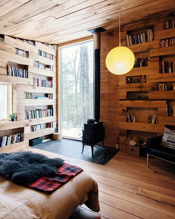 Книжные стеллажи, выполненные из бревен.