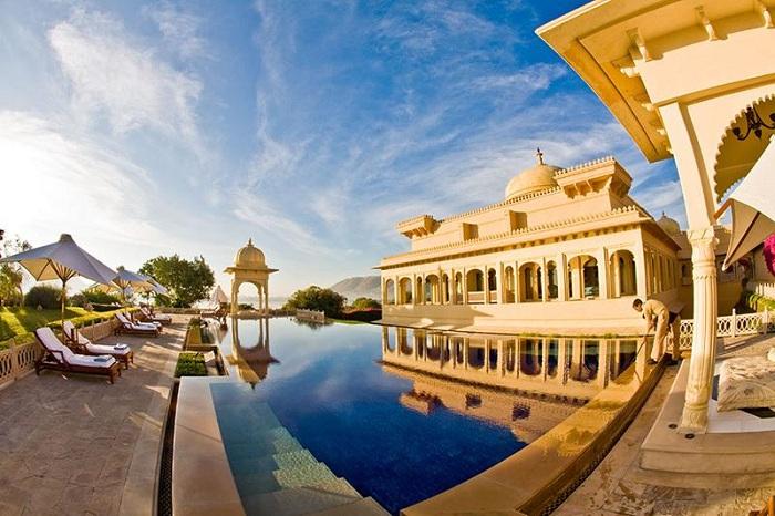 Бассейн возле отеля Oberoi Udaivilasl, расположенного на берегу озера Пичола.