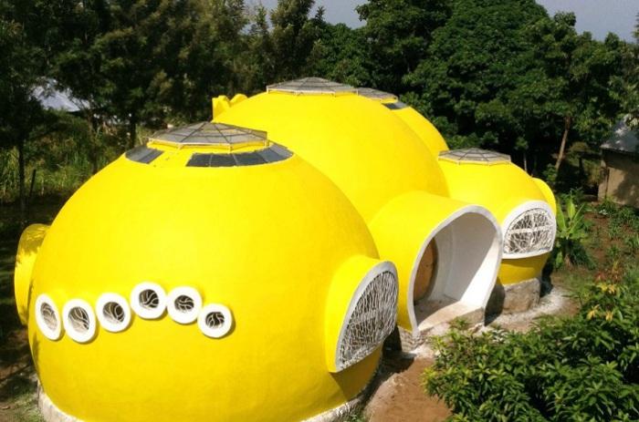 Купольный дом, полностью выполненный из местных материалов.