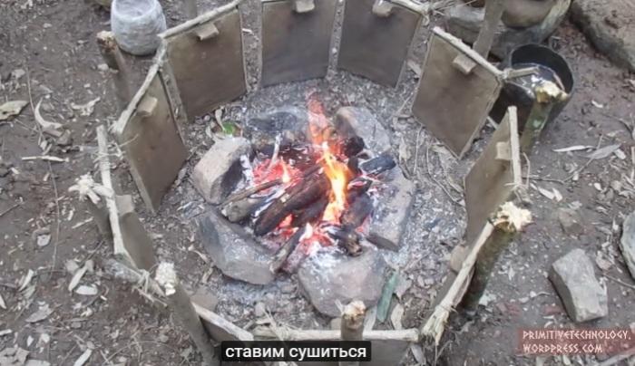 Глиняные заготовки подсушиваются у огня.