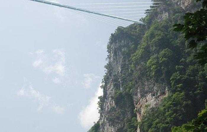 Стеклянный мост на высоте 370 метров.