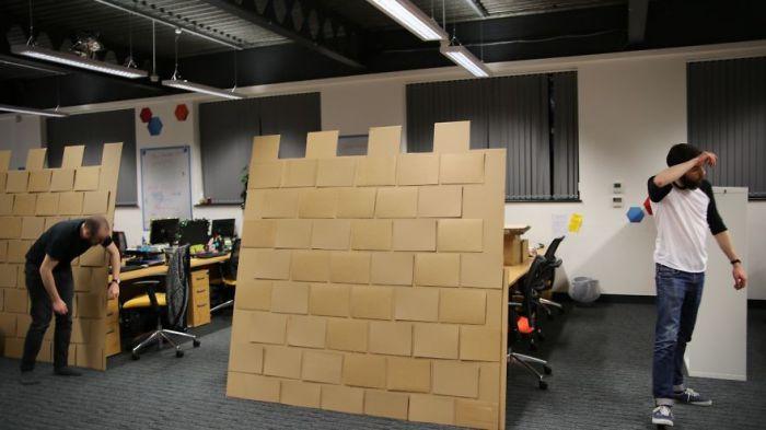 Крепость с картонными кирпичиками.