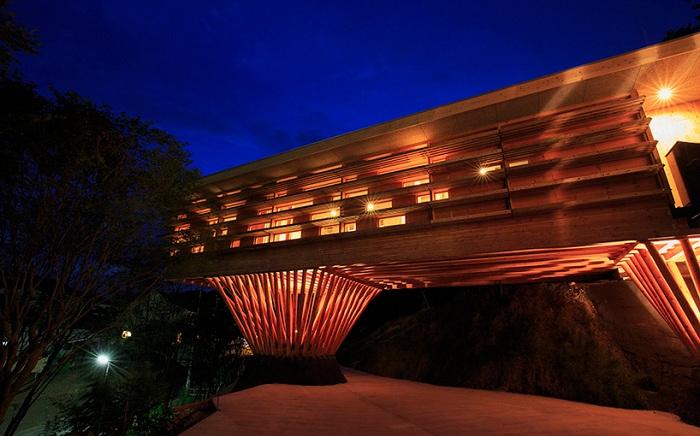Деревянный домна опорах, построенный в Японии.