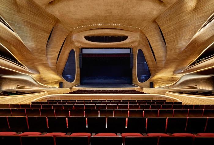 Концертный зал, обшитый натуральной древесиной.