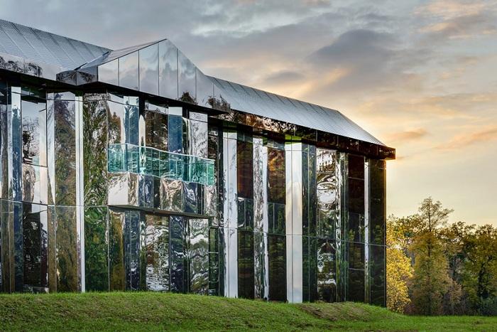 «Le Chateau de Rentilly» - реконструированный дом с зеркальным фасадом.