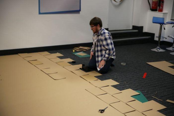 На постройку  ушло 480 картонных кирпичиков.