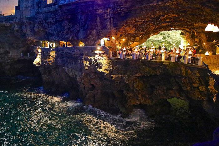 Grotta Palazzese - ресторан в известняковом гроте.