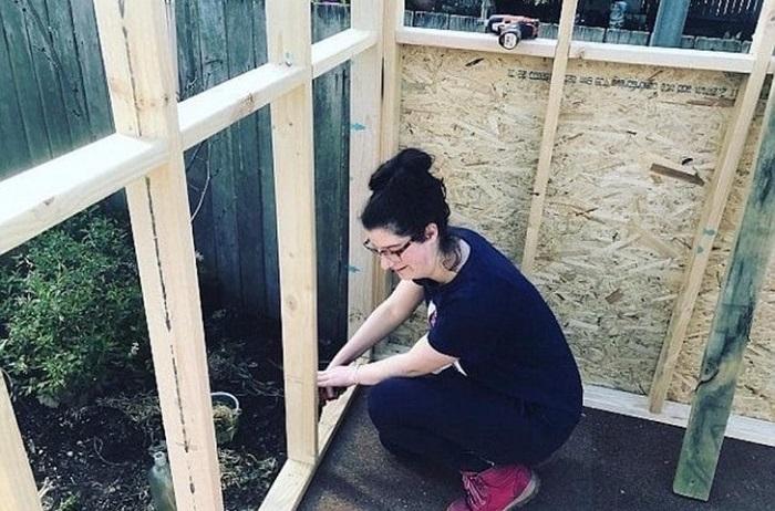 Женщина самостоятельно построила дом себе и детям после того, как ее выгнал муж.