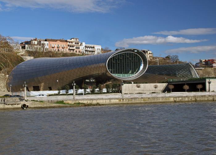 Футуристическая конструкция на набережной реки Куры (Тбилиси).