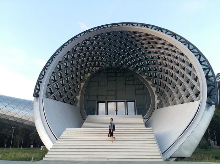 Круглый вход в культурный центр.