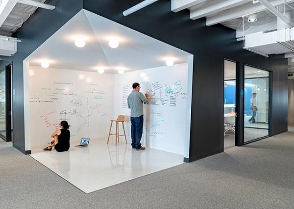 Оригинальное рабочее пространство офиса в Лос-Анджелесе.