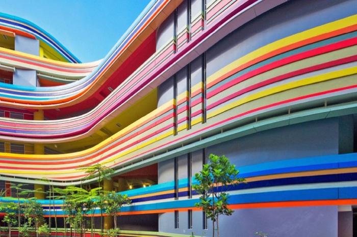 Фасад начальной школы, напоминающий радугу.