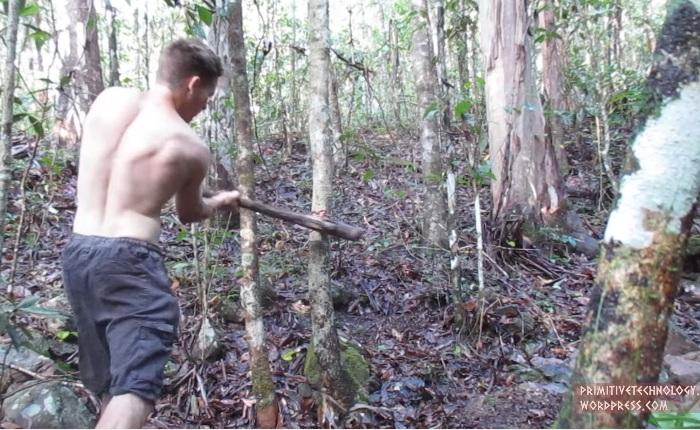 Самодельным топором он срубил деревья для каркаса.