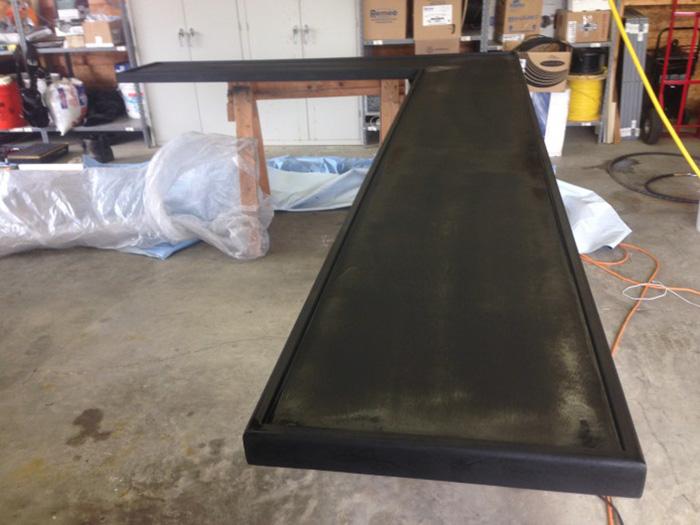 Столешница выкрашена в черный цвет.