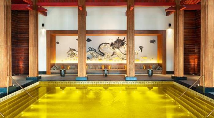 Бассейн на территории китайского отеля St. Regis Resort.