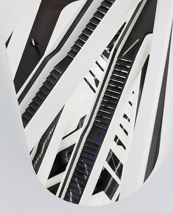 Атриум в стиле деконструктивизм от Захи Хадид.