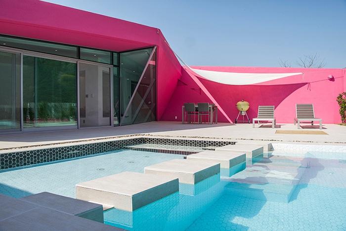 Miryang pool villa - вилла, выполненная в розовой цветовой гамме.