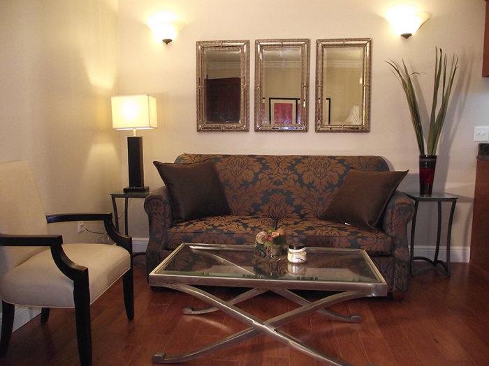 Уютный диван в гостиной.