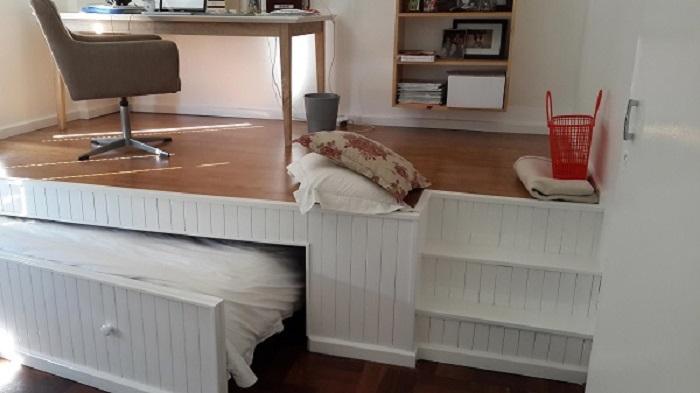 Кабинет и спальня в одной комнате.