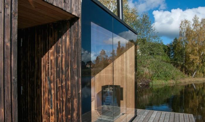 Прозрачная стена открывает вид на окружающую природу.