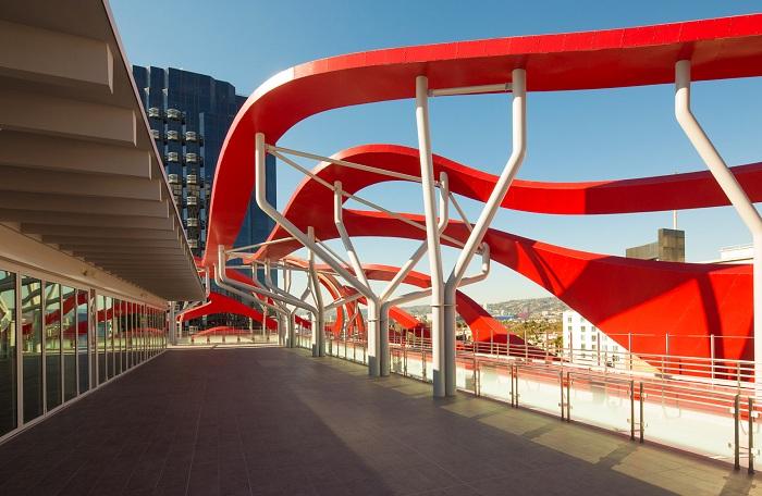 Фасад автомобильного музея выполнен из волнообразных алюминиевых лент.