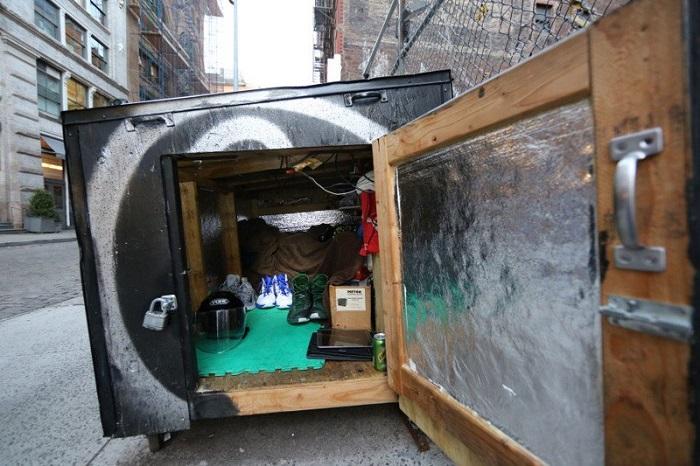 Деревянный мусорный контейнер - жилище для бездомного.