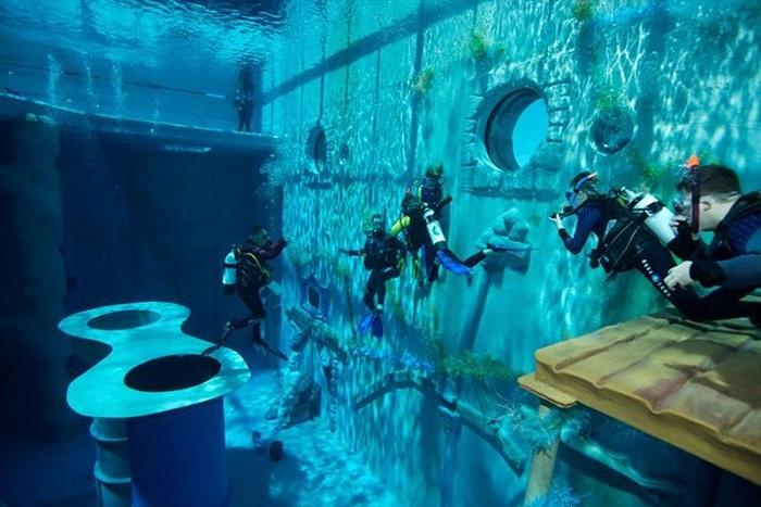 Бассейн глубиной 32 метра.