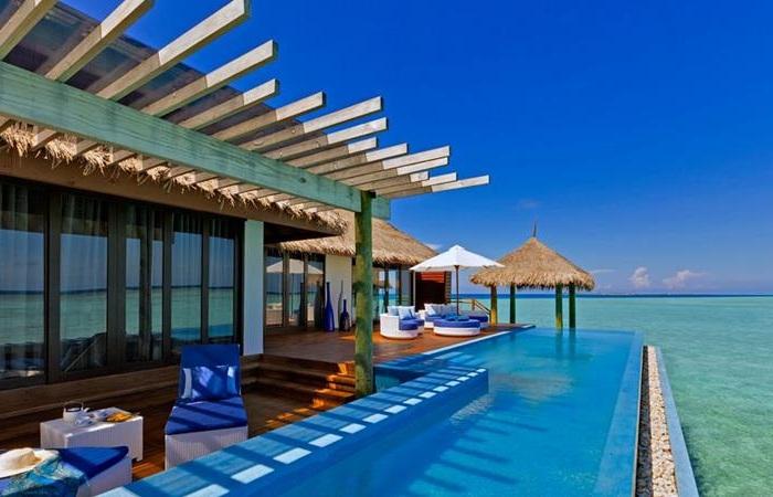 Бассейн в экзотическом отеле Valassaru Maldives.