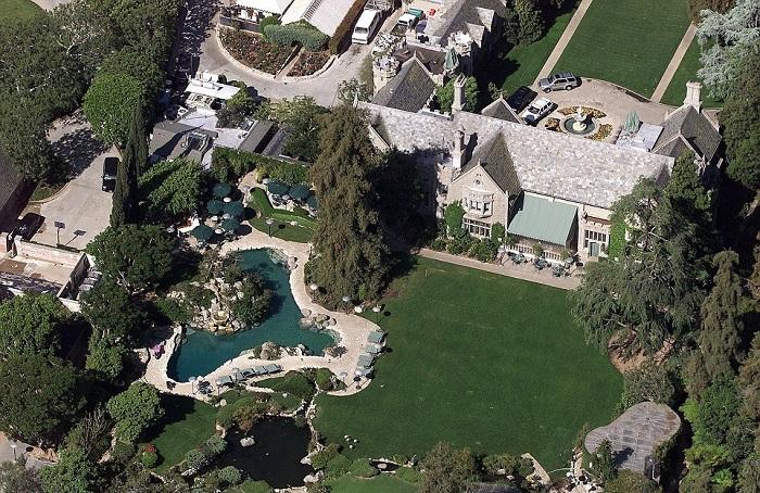 Поместье Хью Хефнера Playboy Mansion.