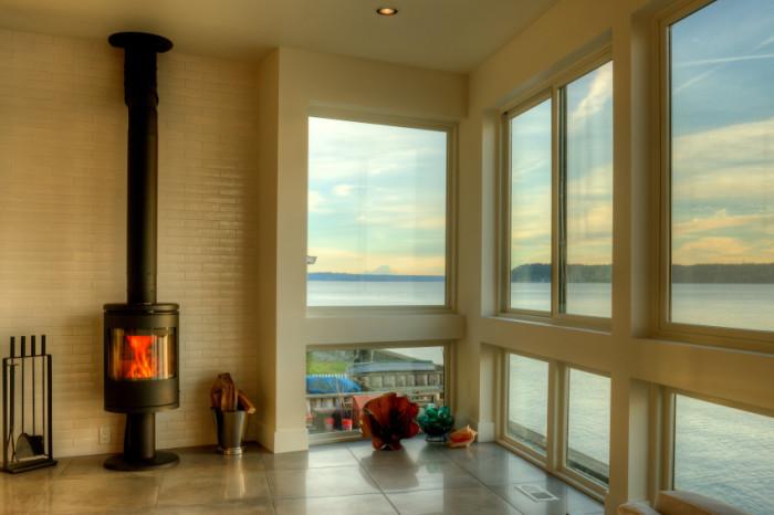 Большие окна с видом на океан.