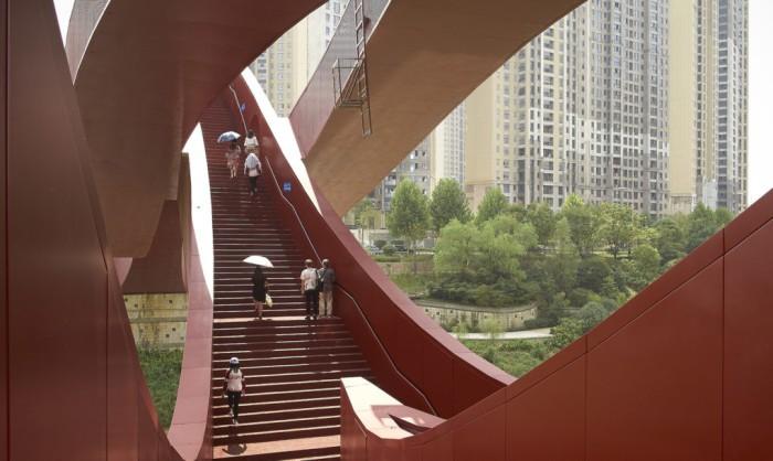 Дизайн моста является отсылкой к петле Мебиуса.