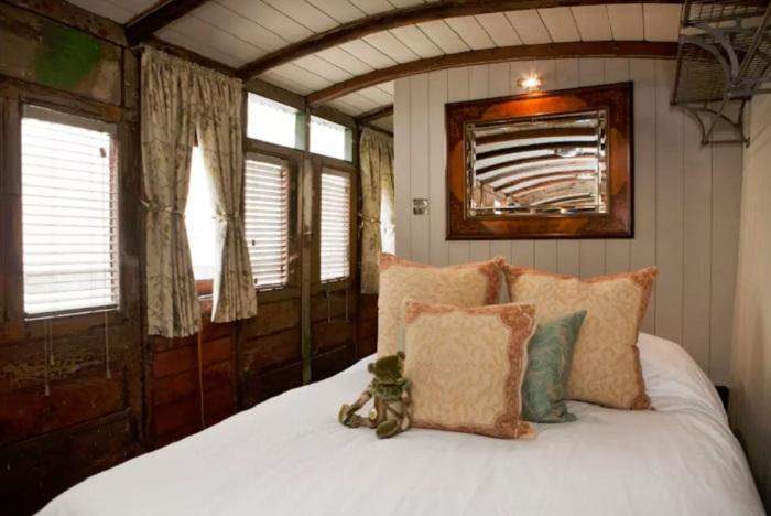 Двуспальная кровать, которую можно складывать на день.