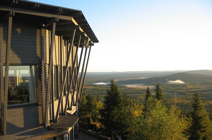 Отель, расположенный на склоне горы в Финляндии.